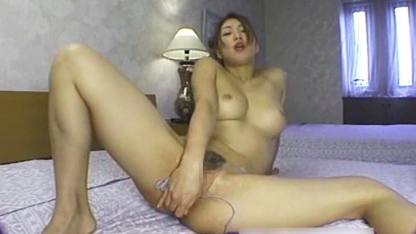 高速手マンに膣内マン汁でぐちゅ濡れ!3Pセックスで狂ったように腰をふり体をクネらせ絶頂しちゃう / TOKYO-HOT