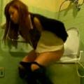 トイレで用をたすガールズバー店員画像